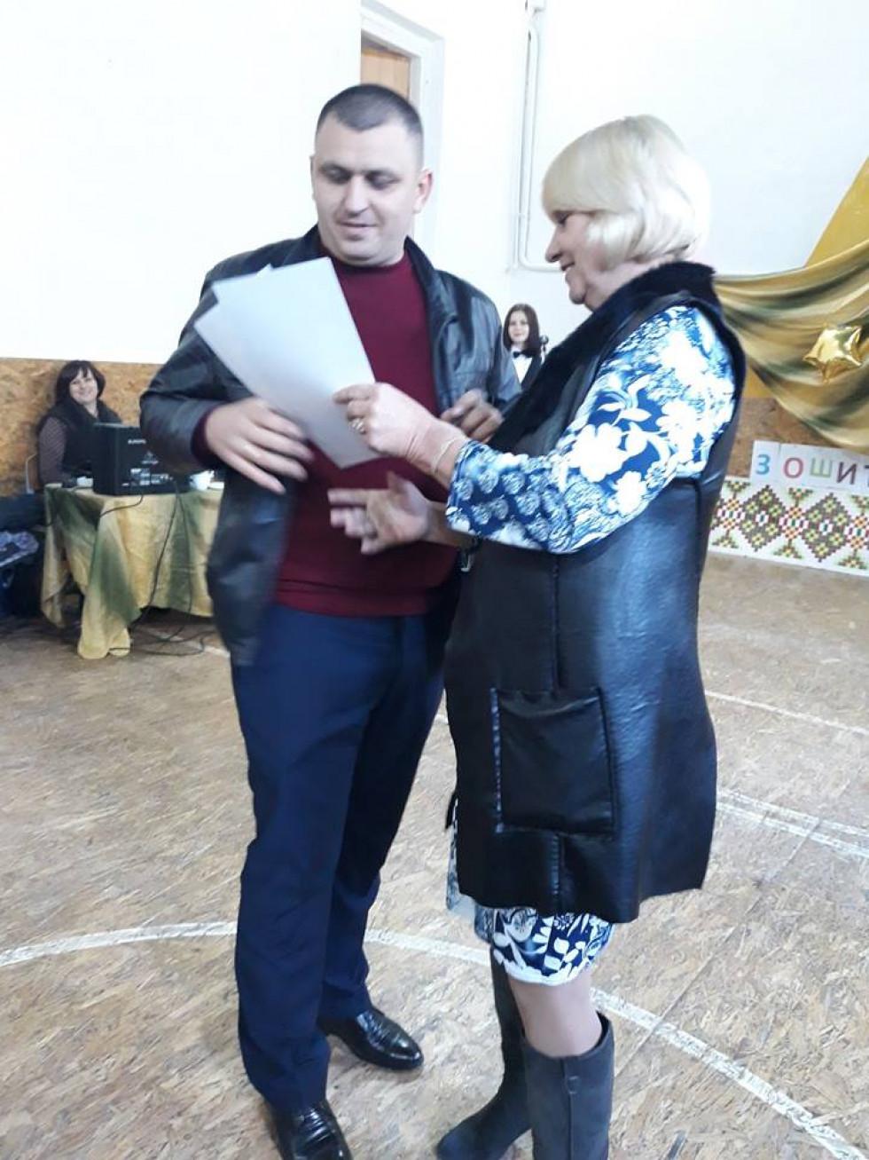 Директорка Людмила Павлюк вітає вчителя