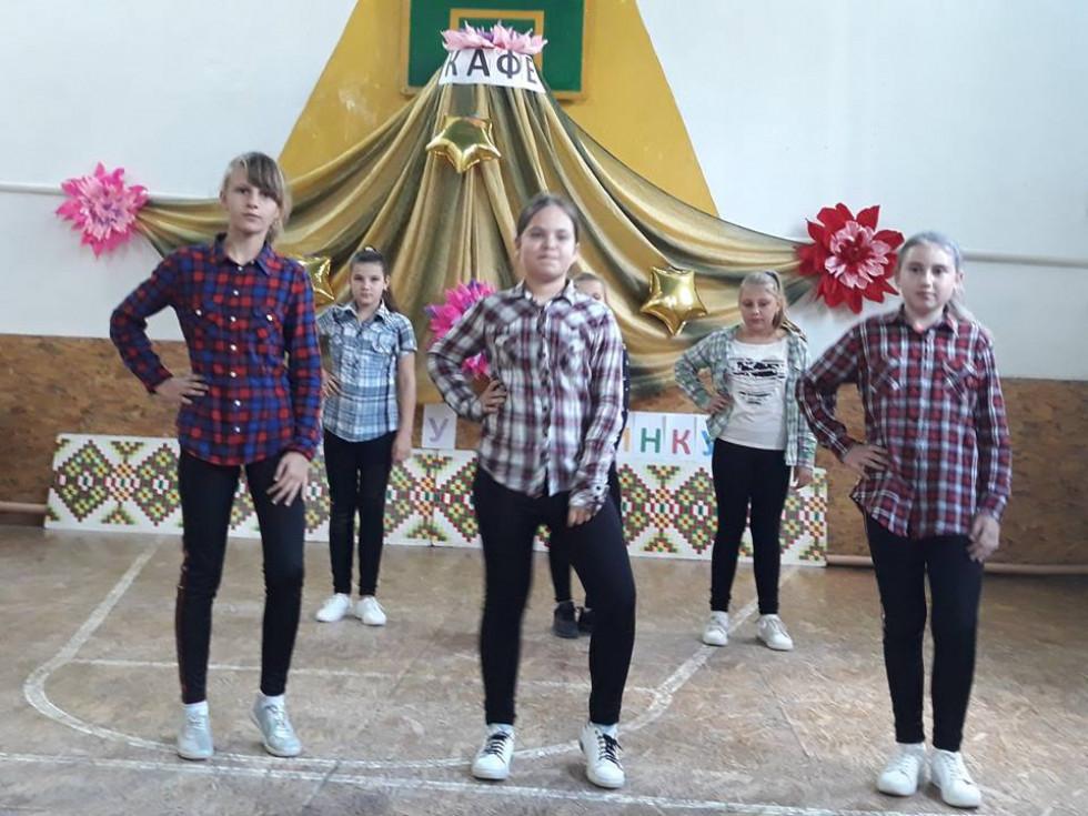 Учениці Новокорецької школи виконують танець