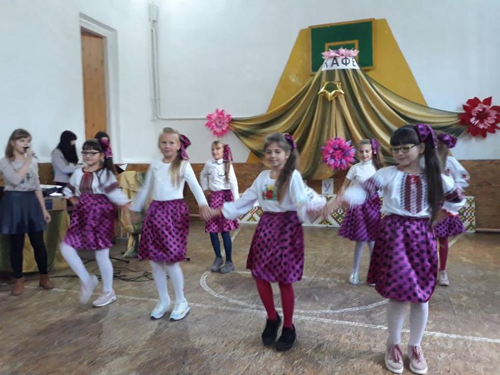 Учениці школи підготували танець