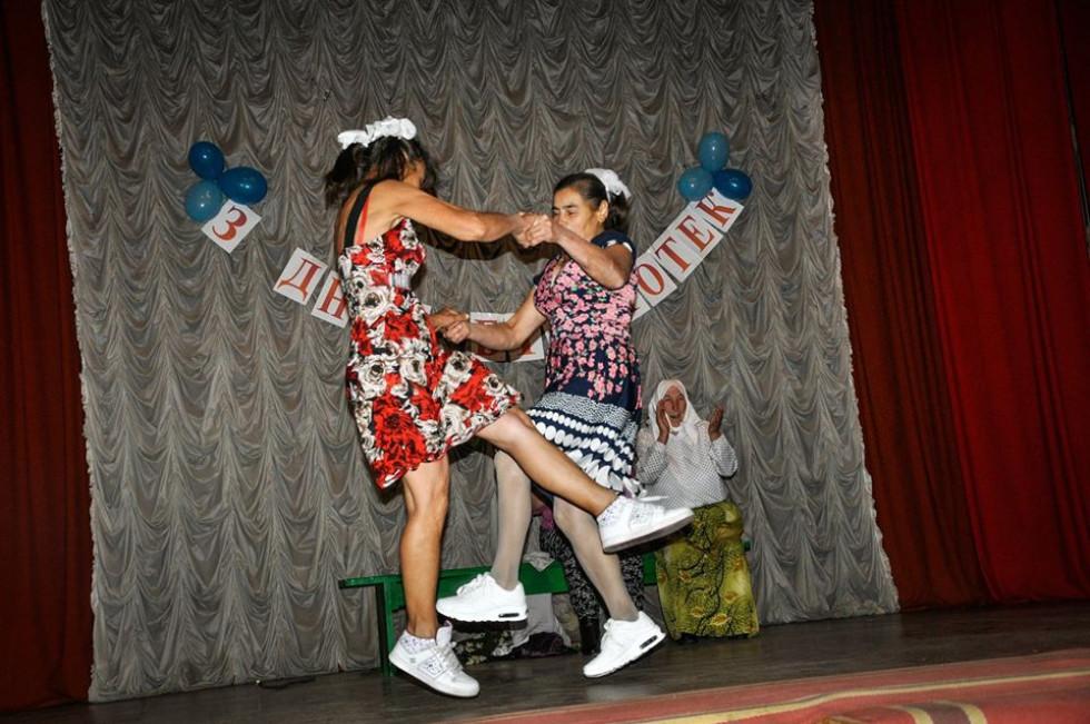 Аматорський колектив виконує танець