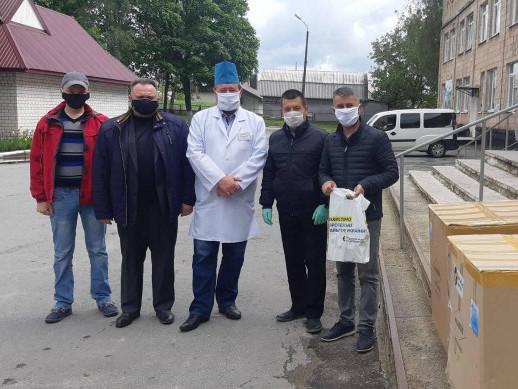 Допомога медикам: фонд Порошенка і «Європейська солідарність» передали корецькій лікарні захисні костюми та пульсоксиметри