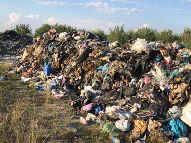 У Корецькому районі впіймали фуру із львівським сміттям