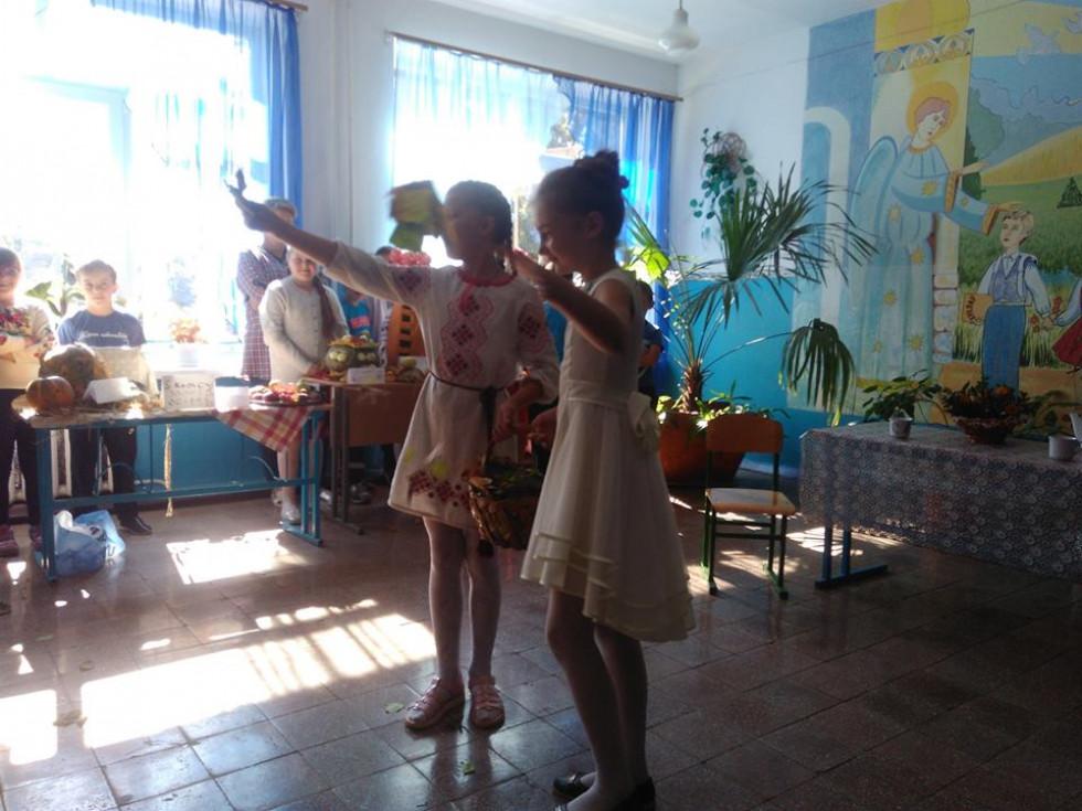 Учениці виконують художній номер з листям.У Копитівському навчально-виховному комплексі «Загальноосвітня школа І-ІІІ ступенів-дошкільний навчальний заклад» провели конкурс «Щедрі дари осені». Подія відбулась у п'ятницю, 21 вересня. Під час заходу учні  робили композиції із квітів, фруктів та овочів. А також виконали художні номери, а саме: співали, танцювали й декламували вірші. У конкурсі взяли участь учні з 1 по 11 класи.