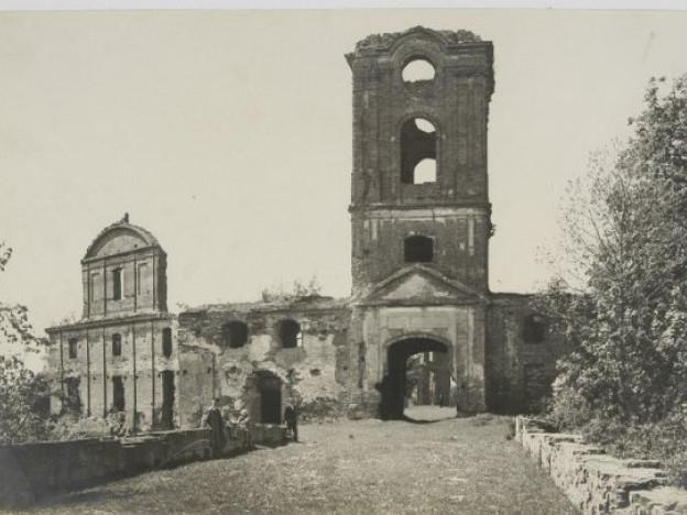 Руїни замку в місті Корець (сучасна Рівненська обл.), 1920-1930-ті роки