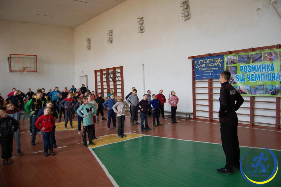 Андрій Бондарчук показує вправи