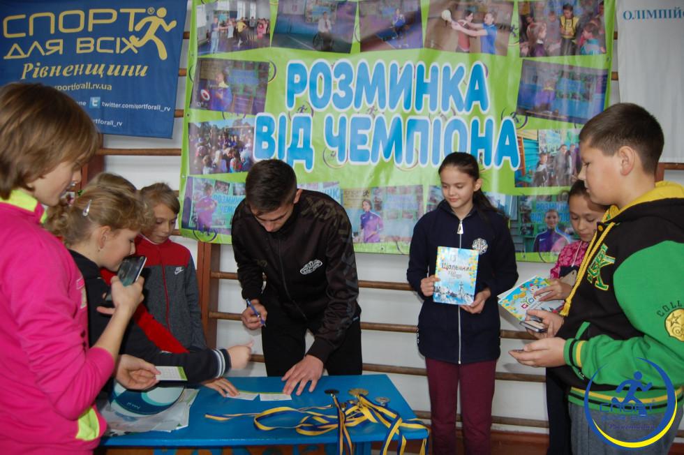 Андрій Бондарчук роздає автографи