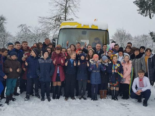 Школярі біля автобуса
