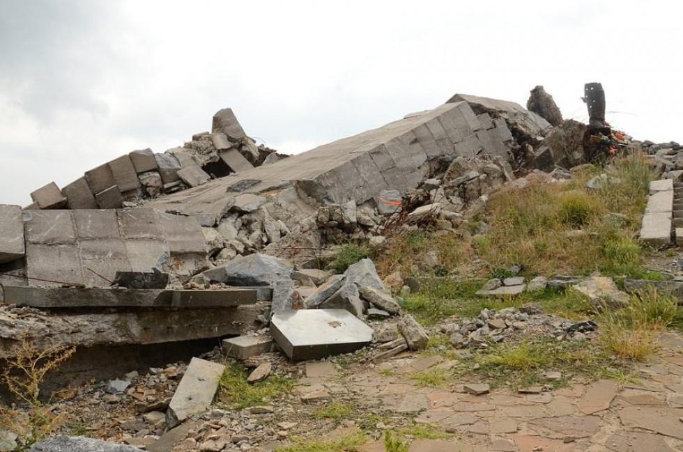 Зруйнована стела Савур-могили